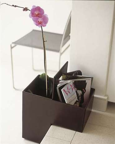 Chic_leather_stair_basket_2